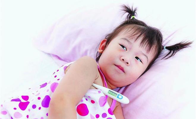 Bác sĩ chỉ ra sai lầm bố mẹ hay mắc phải khiến con hay bị ốm - Ảnh 1.